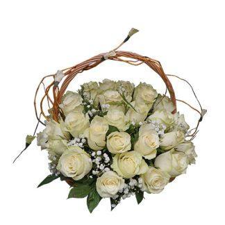 Bele ruže u korpi